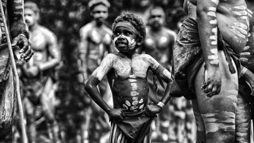 Los aborígenes australianos miran a cámara