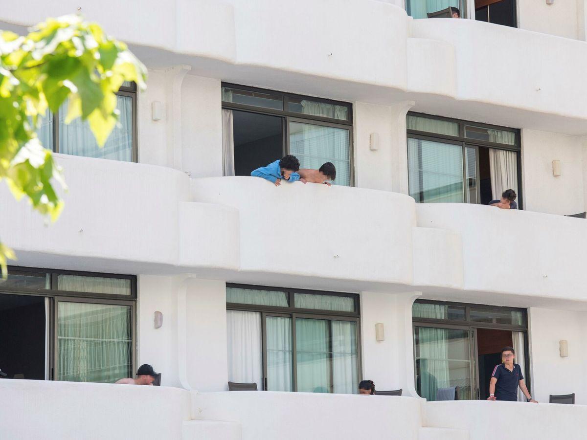 Foto: Jóvenes aislados en Palma por el brote de coronavirus. (EFE)