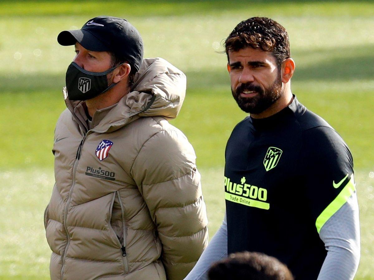 Foto: Diego Costa en el entrenamiento del Atlético de Madrid junto a Simeone. (Efe)