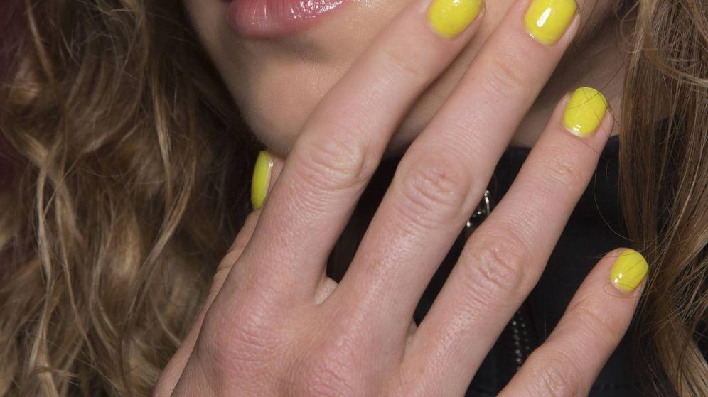 Foto: Detalle de la manicura neón en el desfile de Natasha Zinko. (Imaxtree)