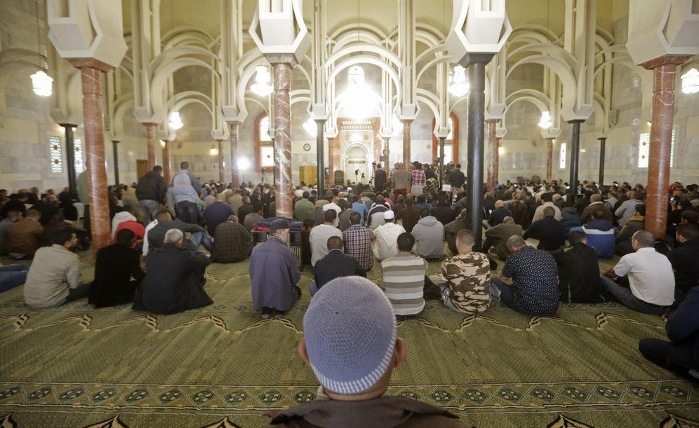 Foto: Alrededor de 1.500 personas rezan en Centro Cultural Islámico de Madrid, conocido como mezquita de la M-30. (EFE)