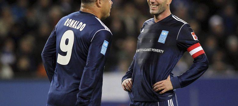 Foto: Ronaldo y Zidane en un partido benéfico contra la pobreza (Efe).