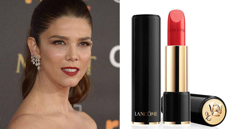 Esos labios clásicos de Juana se consiguen con L'Absolu Rouge de Lancôme en tono 105 a la Folie.