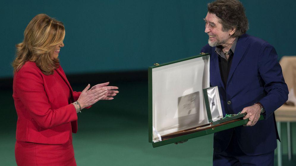 Foto: Sabina recibe el título de Hijo Predilecto de manos de Susana Díaz. (EFE)