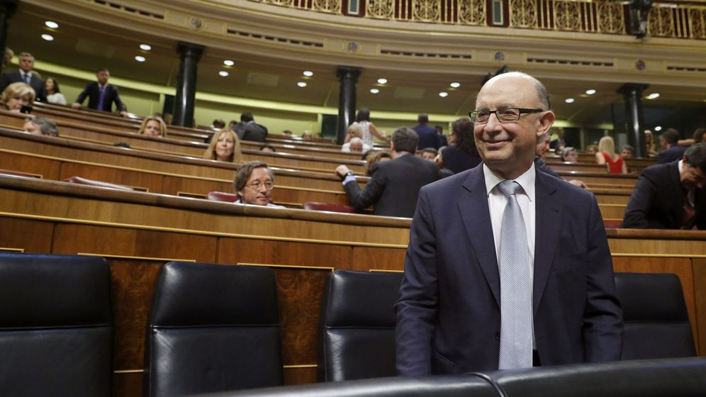 Foto: El ministro de Hacienda y Administraciones públicas en funciones, Cristóbal Montoro, momentos antes de la sesión constitutiva de las Cortes Generales de la XII Legislatura. (EFE)
