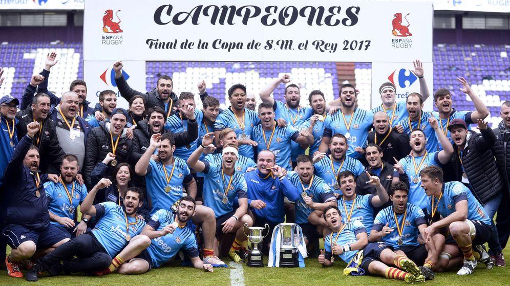 Foto: La UE Santboiana posa con el trofeo de campeón de la Copa del Rey. (EFE)