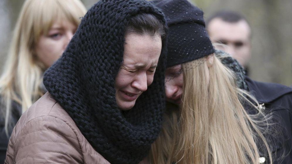 Foto: Dos mujeres lloran la muerte de sus familiares en el atentado contra el avión ruso que partió desde Egipto (REUTERS)