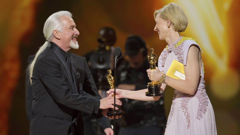 Rick Baker recibe su Oscar por 'El hombre lobo' (EFE)