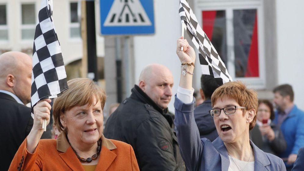 Foto: La canciller alemana, Angela Merkel, y la primera ministra del estado de Sarre, Annegret Kramp-Karrenbauer. (EFE)