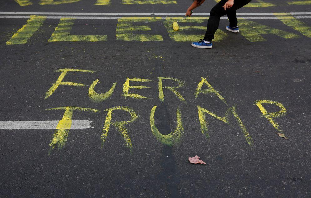 Foto: Una mujer pinta en el asfalto durante una protesta contra el presidente estadounidense Donald Trump en México D.F., el 20 de enero de 2017 (Reuters)
