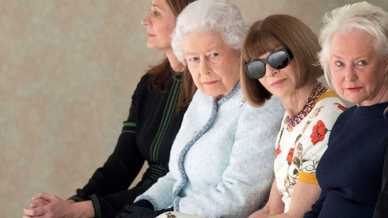 Anna Wintour y la reina de Inglaterra en la Semana de la Moda de Londres de 2018. (EFE)