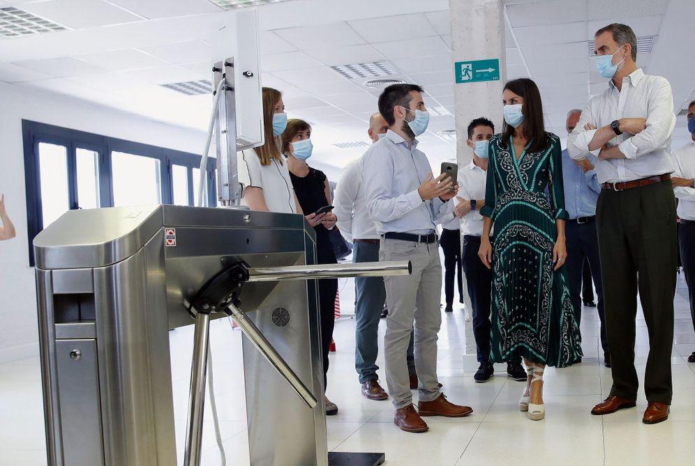 Foto: Los reyes Felipe VI y Letizia visitan este 27 de julio una empresa tecnológica en Tajonar, Navarra. (EFE)