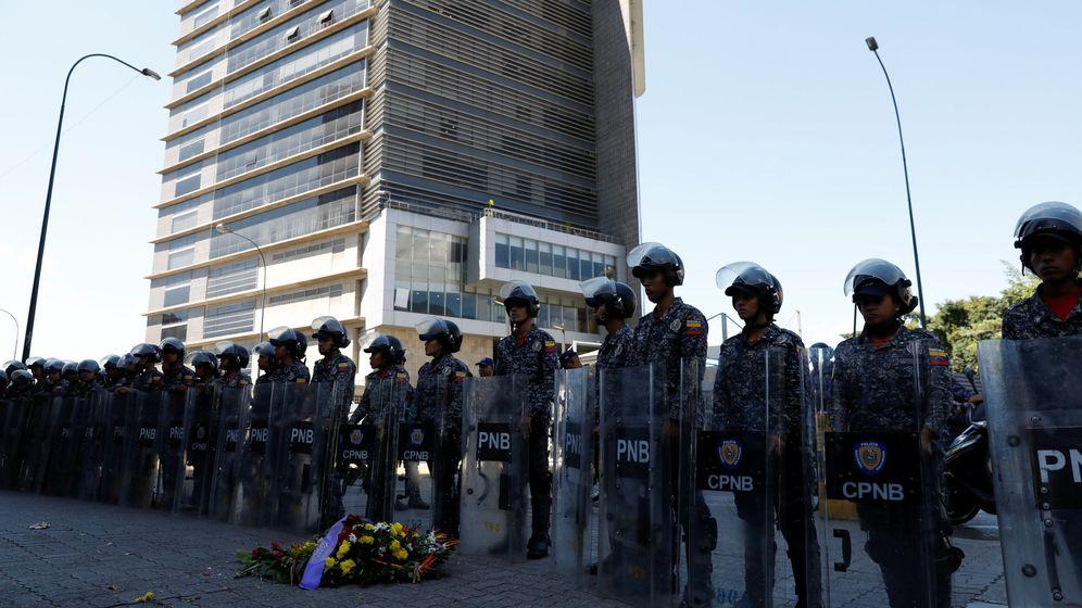 Foto: Flores por la muerte del opositor Fernando Albán depositadas frente a la sede del Servicio Bolivariano Nacional de Inteligencia, el 15 de octubre de 2018. (Reuters)