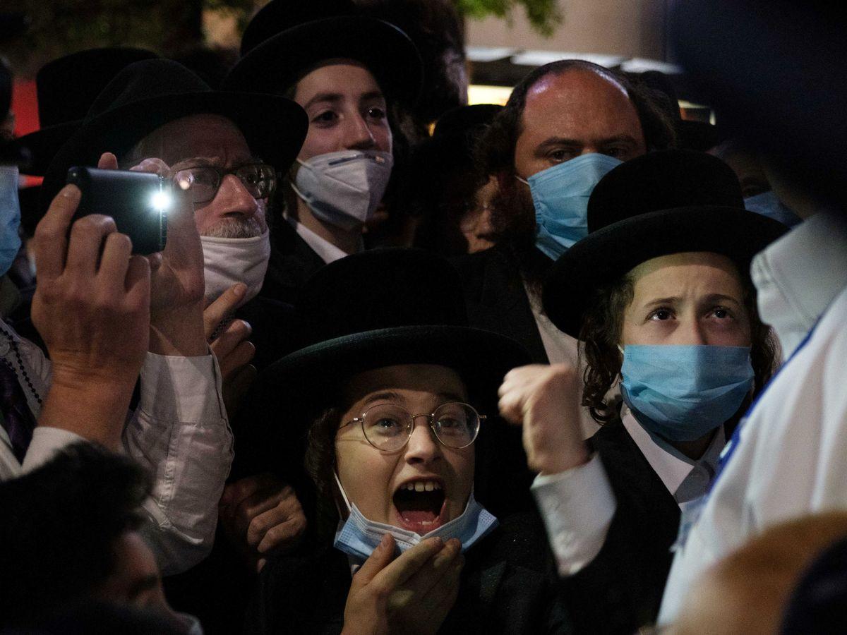 Foto: Protesta de los judíos ultraortodoxos en Brooklyn contra las restricciones. (Reuters)