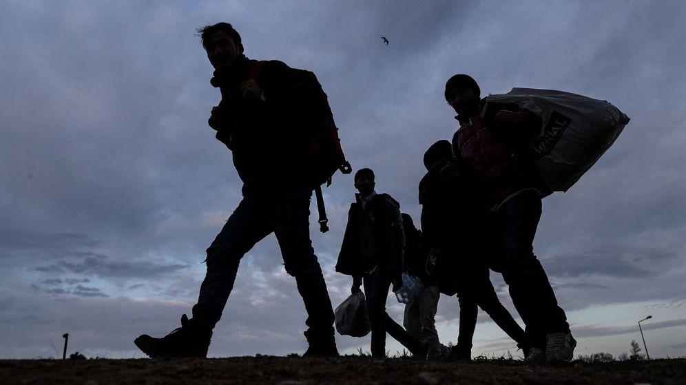 Foto: Refugiados intentan cruzar la frontera griega. Foto: Efe