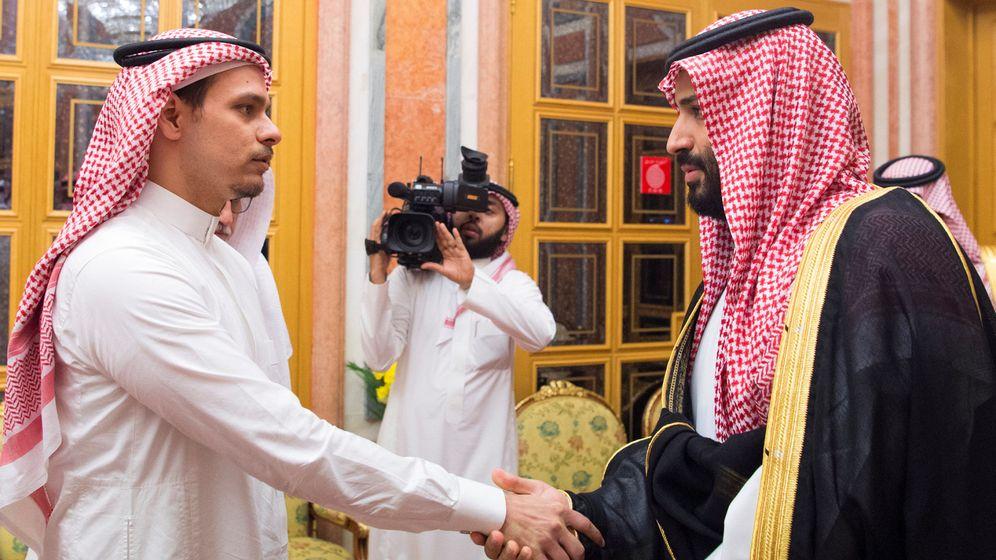 Foto: Uno de los hijos de Khashoggi y el príncipe heredero saudí, en Riad. (Reuters)