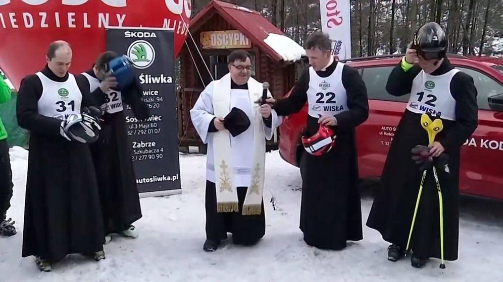 Foto: Los sacerdotes rezan antes de lanzarse por la ladera en busca del mejor tiempo (Foto: YouTube)