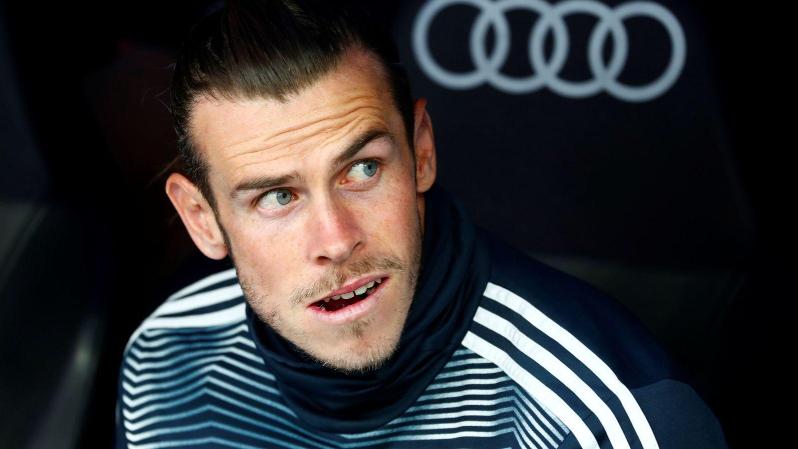 Foto: Gareth Bale, con gesto de mosqueo en el banquillo del Bernabéu. (EFE)