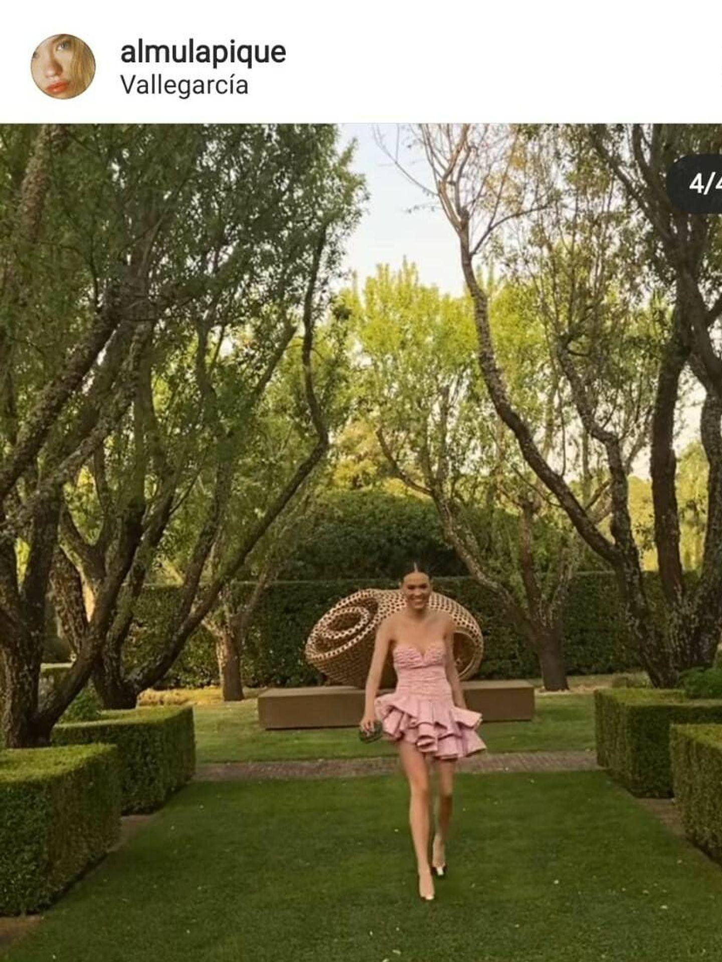 Almudena Lapique, en el jardín de la finca Villagarcía. (Redes sociales)