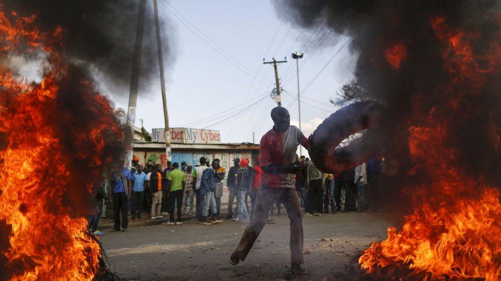 Foto: Seguidores del líder de la oposición, Raila Odinga, incendian una barricada como protesta por los resultados provisionales de las elecciones generales, en Nairobi, el 9 de agosto de 2017. (EFE)
