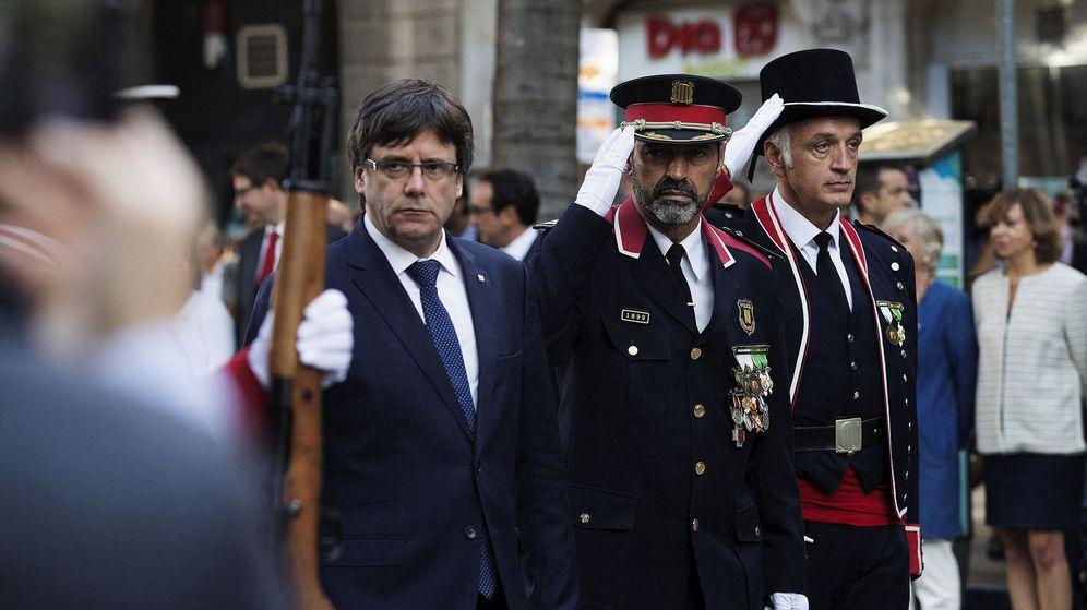 Foto:  El presidente de la Generalitat, Carles Puigdemont (i), junto al Major de los Mossos d'Esquadra Josep Lluis Trapero, durante la ofrenda floral al monumento a Rafael Casanova con motivo de la Diada. (EFE)