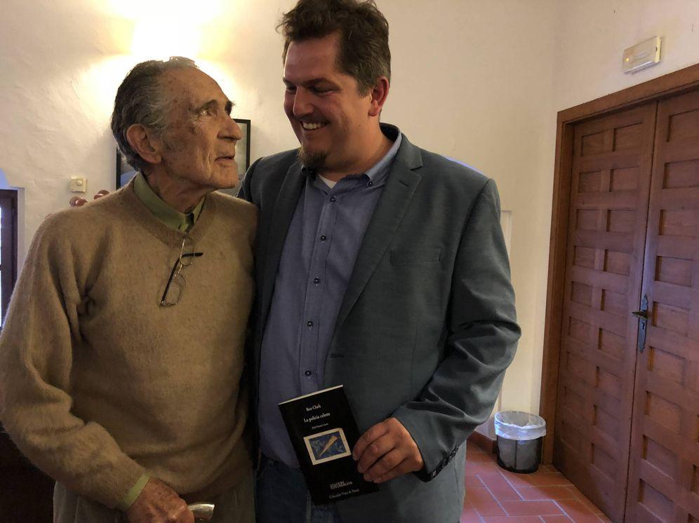 Foto: Antonio Gala y Ben Clark, este miércoles, en la sede de la fundación del escritor (Agustín Rivera).