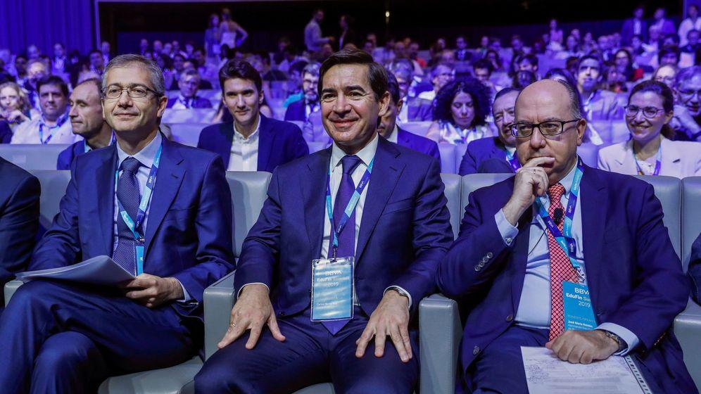 Foto: El gobernador del Banco de España, Pablo Fernández de Cos (i), junto al presidente de la patronal AEB, José María Roldán (d), y el presidente de BBVA, Carlos Torres (c). (EFE)