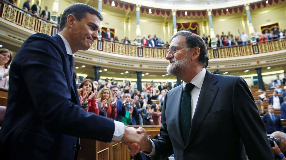 Foto: Mariano Rajoy felicita a Pedro Sánchez tras el éxito en la moción de censura. (EFE)