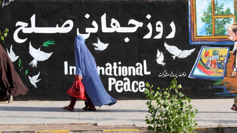 Una mujer pasa delante de un mural en Herat (Afganistán) este 29 de agosto. (EFE)