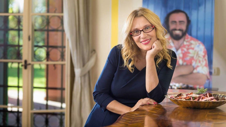 Fotografía facilitada por Universal Music de Nicoletta Mantovani junto a una foto de Luciano Pavarotti. (EFE)