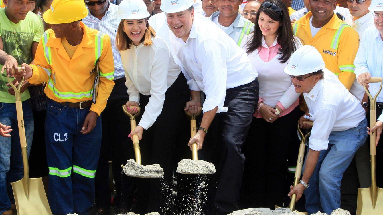 Foto: El expresidente de Panamá Juan Carlos Varela (c) inaugura en 2018 las obras de ampliación de la L2 del metro que realizaron FCC y Odebrecht. (EFE)