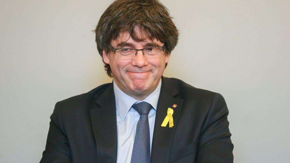 Foto: El expresidente de la Generalitat de Cataluña, Carles Puigdemont, durante una reunión con diputados de JxCAT en Bruselas. (EFE)