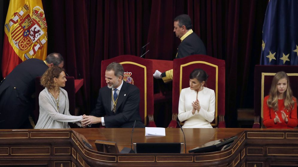Foto: Felipe VI, junto a la presidenta del Congreso, Meritxell Batet, en la apertura solemne de la XIV Legislatura. (EFE)