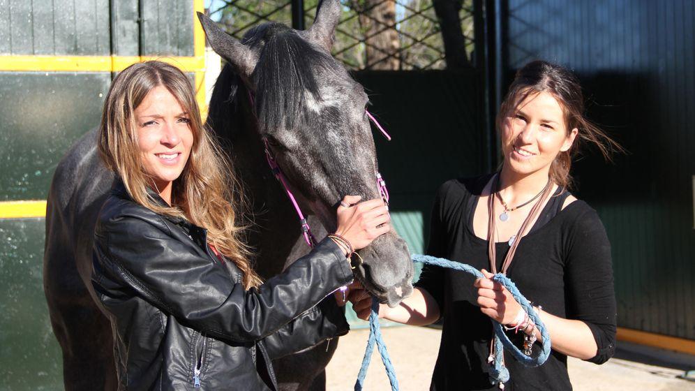 Foto: María y Alicia, con su caballo 'Kuvasz' en el Hipódromo de la Zarzuela. (Fotos: Claudia Satrustegui)