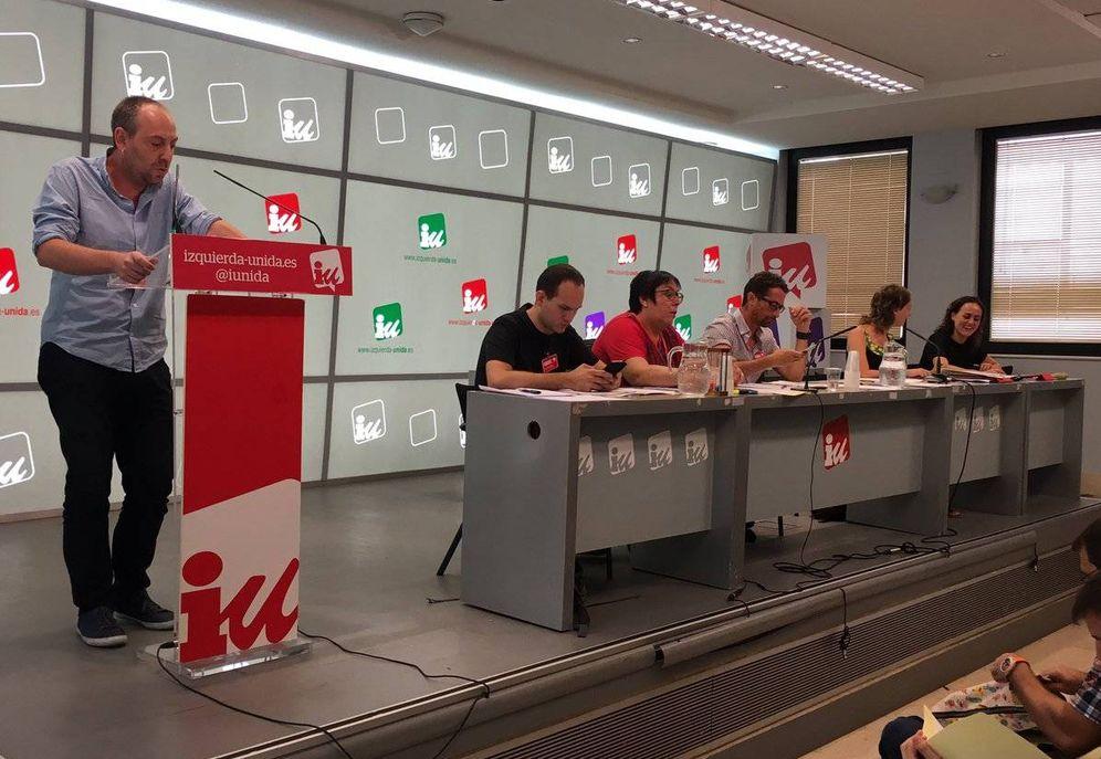 Foto: Ernesto Alba, secretario de Relaciones Políticas de IU, expone la resolución sobre pactos ante la coordinadora federal de la formación, este 10 de septiembre. (@iunida)