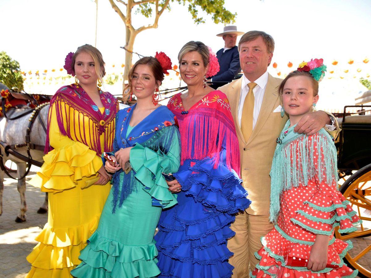 Foto: Los reyes de Holanda y sus hijas visitan la Feria de Sevilla. (EFE)