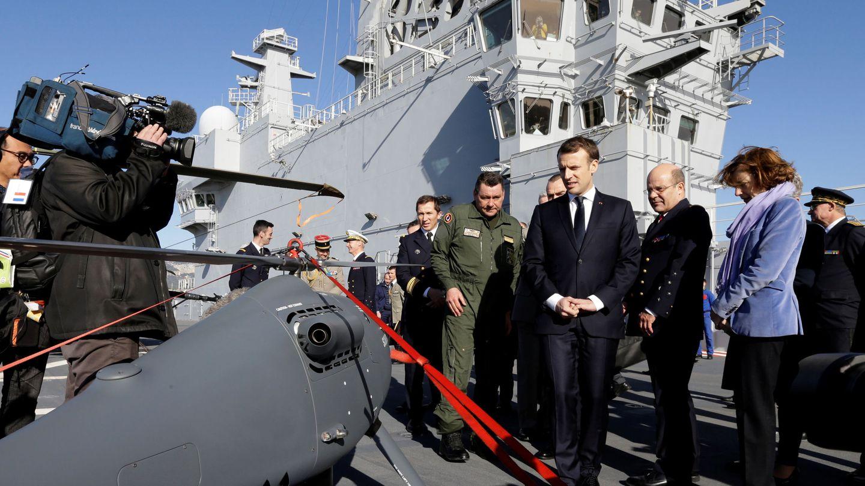 El presidente francés Emmanuel Macron ante uno de los drones del ejército francés. (Foto: Reuters)