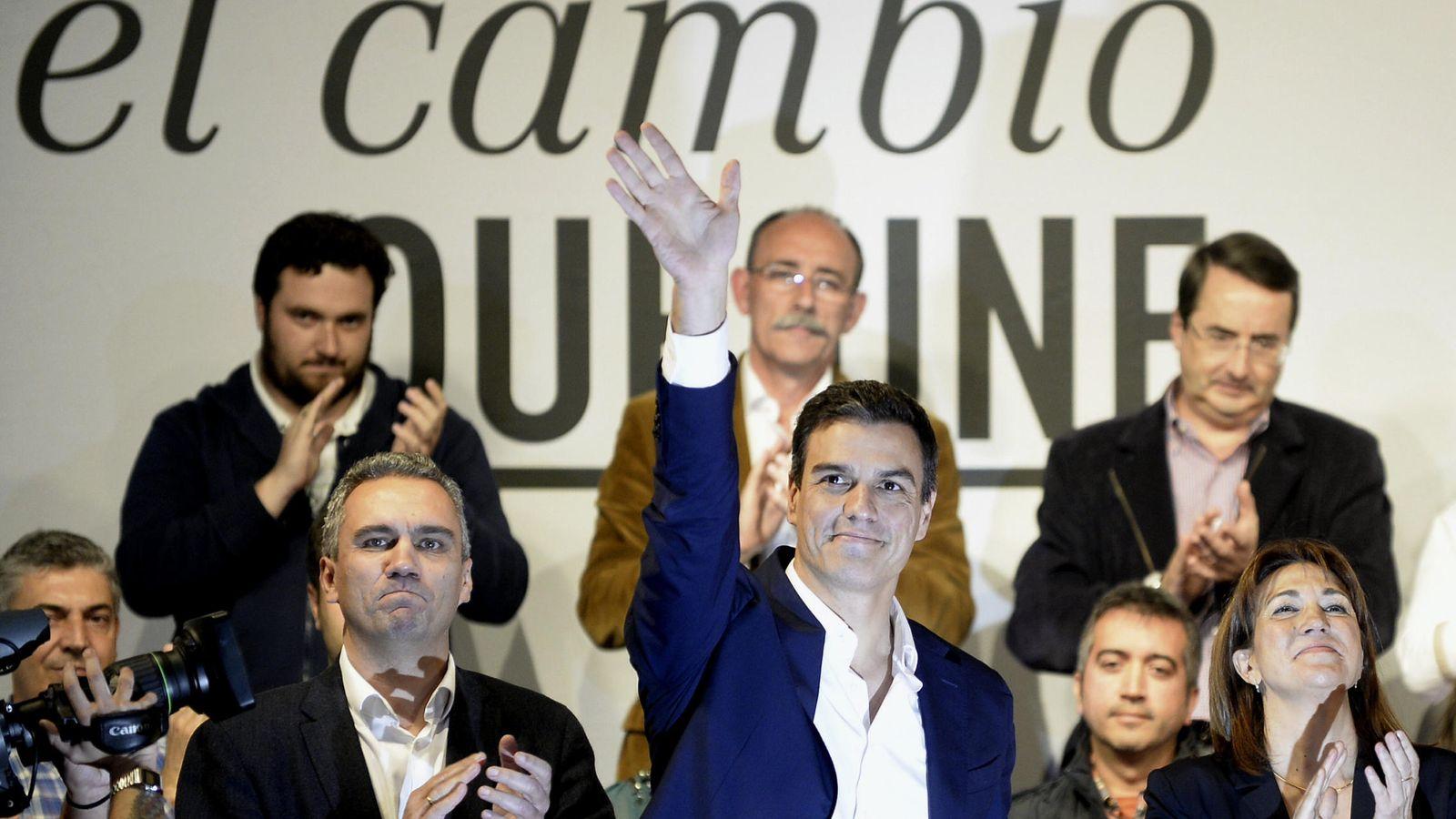 Foto: Pedro Sánchez, este 9 de noviembre a su llegada al mitin de Valladolid. Le flanquean el secretario provincial, Javier Izquierdo, y la número uno al Congreso, Soraya Rodríguez. (EFE)