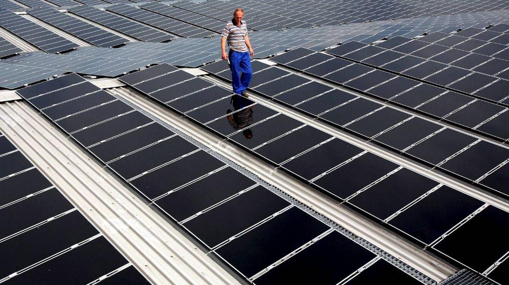 Foto: El técnico de la empresa Colexon Energy, Gerd Seeloff, comprueba el funcionamiento de varios paneles solares en Alemania. (EFE)