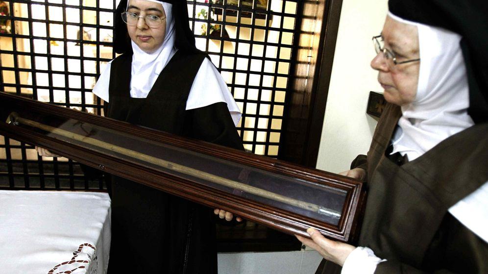 Foto: Dos religiosas, con el bastón de Santa Teresa. (EFE)
