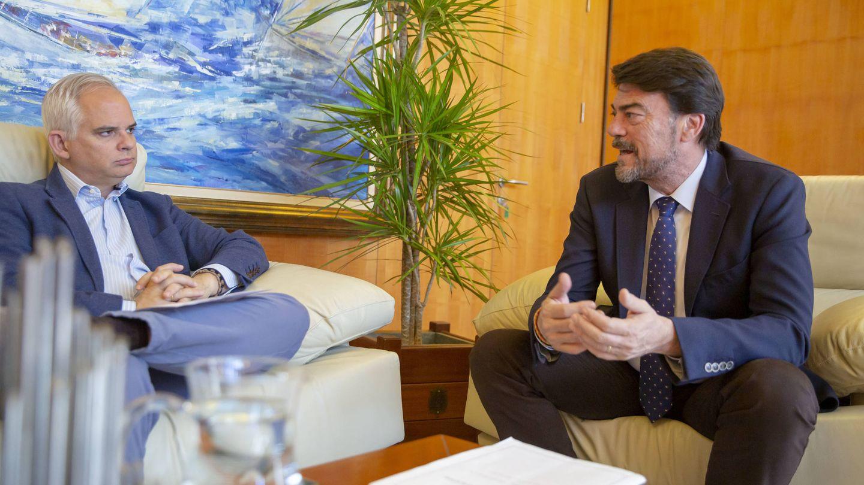 Luis Barcala (d), con el director general de El Confidencial, Alberto Artero. (Marga Ferrer)