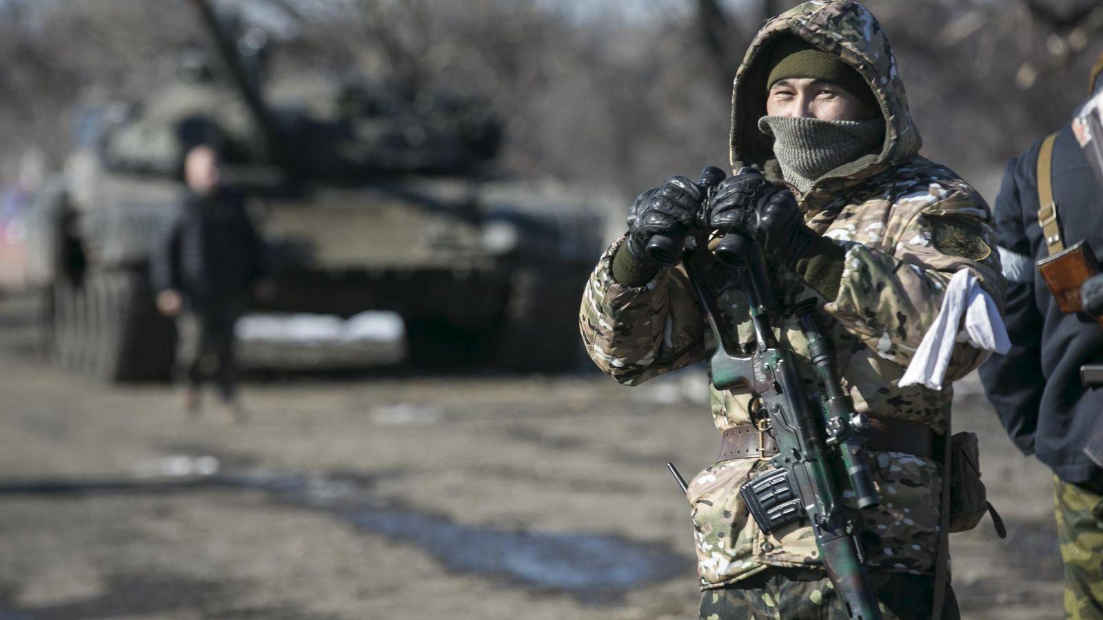 Foto: Un soldado de la autoproclamada República Popular de Donetsk monta guardia en un puesto de control, en febrero de 2015. (Reuters)