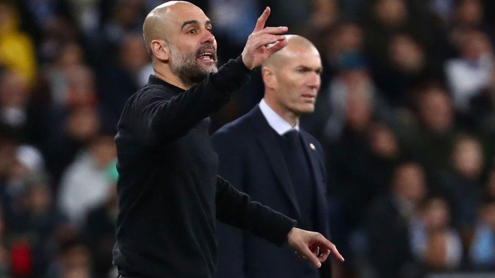 Foto: Pep Guardiola da instrucciones, con Zidane al fondo, en el partido entre el Real Madrid y el Manchester City en el Bernabéu. (Efe)