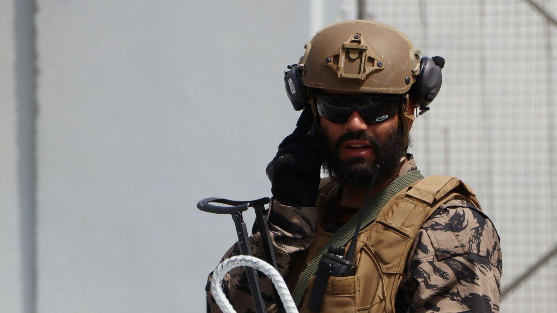 Un control talibán cerca del aeropuerto de Kabul con uniforme y armamento estadounidense. (Reuters)