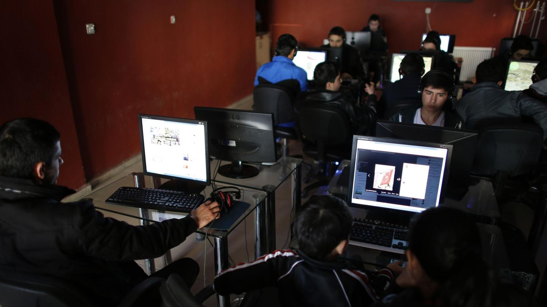 Un grupo de jóvenes en un cibercafé de Ankara (Reuters).