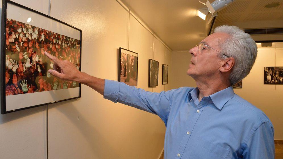Foto: Totorika señala una fotografía con una multitud exhibiendo manos blancas durante el secuestro de Miguel Ángel Blanco. (A.G.)