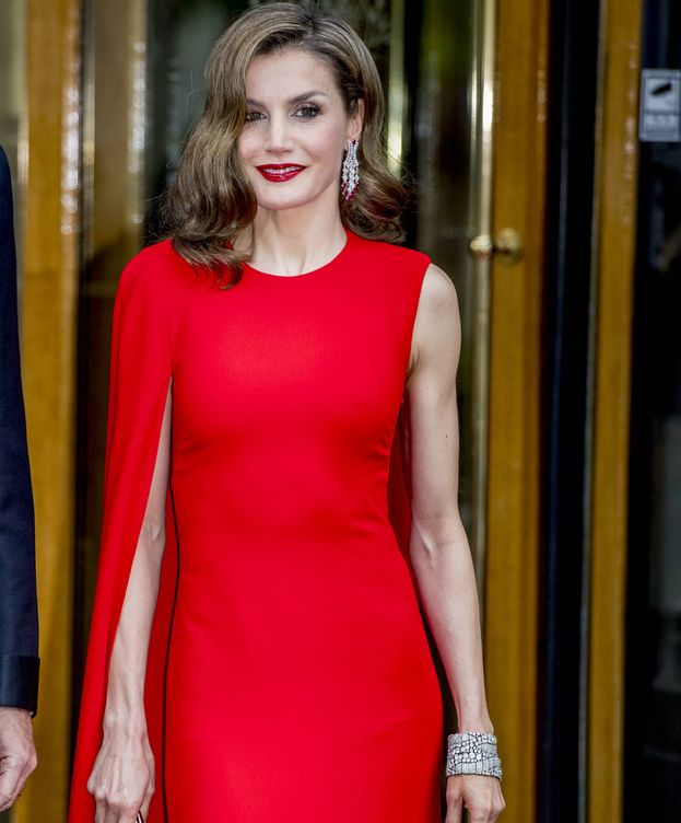 Foto: La Reina con su vestido de Stella McCartney. (Gtres)