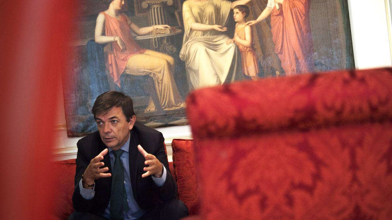 Foto: El rector de la Universidad Complutense de Madrid (UCM), Carlos Andradas, recibe a El Confidencial en su despacho, el pasado jueves. (Enrique Villarino)