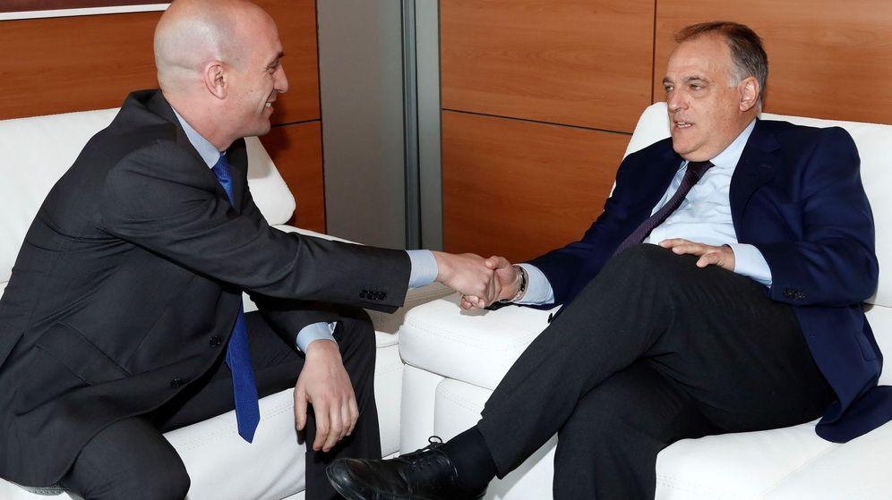 Foto: Luis Rubiales (i) y Javier Tebas luchan por el control del fútbol español. (EFE)