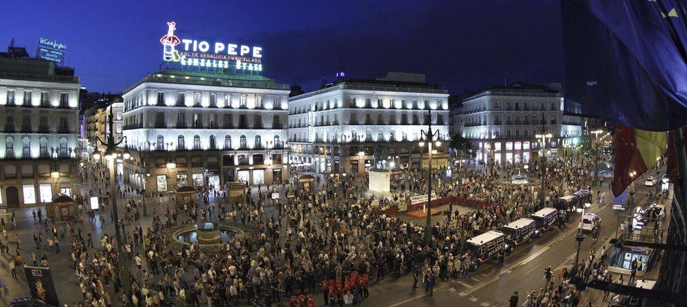 Foto: Acto del encendido del luminoso de Tío Pepe el ocho de mayo. (Efe/Alberto Martín)